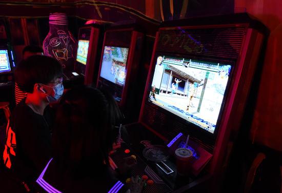 """图为市民在""""未来乐园""""游戏厅玩耍。周毅 摄"""