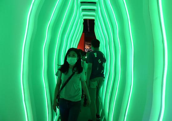 图为可乐隧道吸引市民前往。周毅 摄