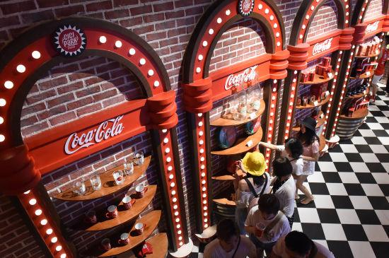 图为市民在可乐博物馆里参观。周毅 摄