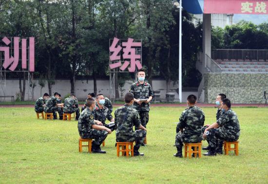 """图为武警官兵学习讨论""""两会""""精神。郭传伍摄"""