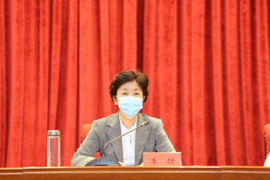 图为中共重庆市委常委、统战部部长李静出席会议并讲话。 重庆市委统战部供图