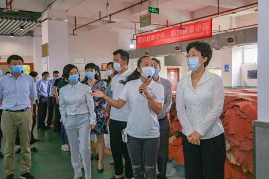 图为李静(右一)在民营企业走访调研。 重庆市委统战部供图