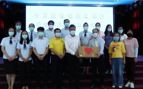 图为中国驻曼德勒总领馆看望外派及志愿者教师。重庆市委统战部供图