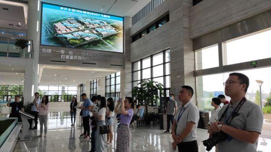图为川渝媒体记者参访了解重庆公路物流基地。受访者供图