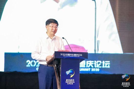 图为重庆市商务委主任张智奎介绍加快推动汽车流通业恢复发展的具体举措。