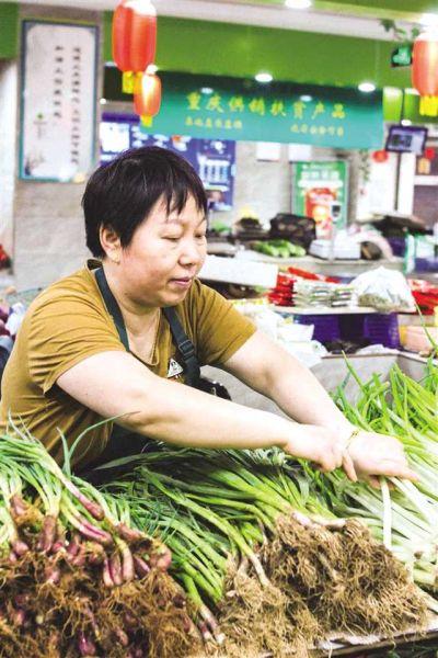 正在整理蔬菜的摊主