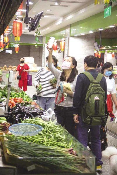 市民扫码购买蔬菜