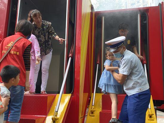 图为 璧山消防开展消防安全宣传活动 贾楠 摄