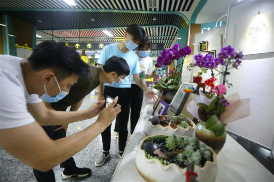 《【恒耀平台代理怎么注册】轨道站里看非遗 第二届重庆市残疾人文化艺术作品轨道空间巡展开展》