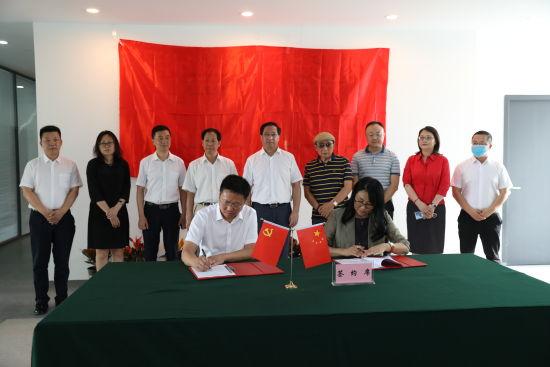 """图为""""两中心""""签约落户重庆大渡口。民建重庆市委会供图"""