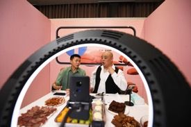 图为网络吃播推销介绍重庆特色农产品。陈超 摄