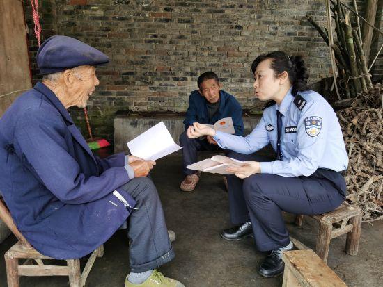 图为民警向村民进行宣传。重庆市南岸女子强制隔离戒毒所供图