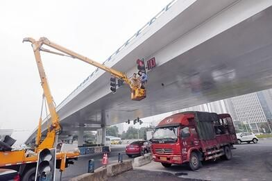 工作人员调试红绿灯。