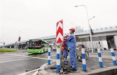 工作人员安装路牌。