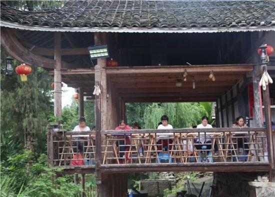 村民学员们在吊脚楼上学习苗绣。特约通讯员 廖唯 摄