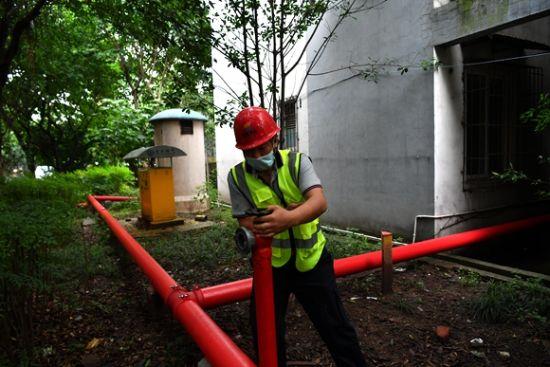 施工人员正在维修消防管网。通讯员 郭旭 摄