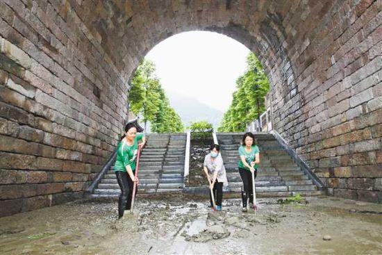 6月29日,黔江区濯水古镇旅游公司员工在清淤。