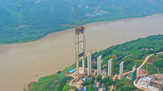 合璧津高速油溪长江大桥主塔封顶。谷绍元摄