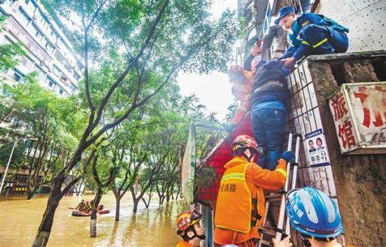 6月22日,綦江区菜坝社区部分居民楼被淹,救援人员紧急转移被困群众。记者 龙帆 摄