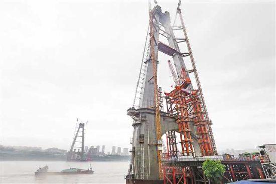 七月一日上午,白居寺长江大桥主桥钢桁梁首根杆件起吊,标志着世界最大跨度的公轨两用钢桁梁斜拉桥主桥开始上部结构施工。记者 罗斌 摄