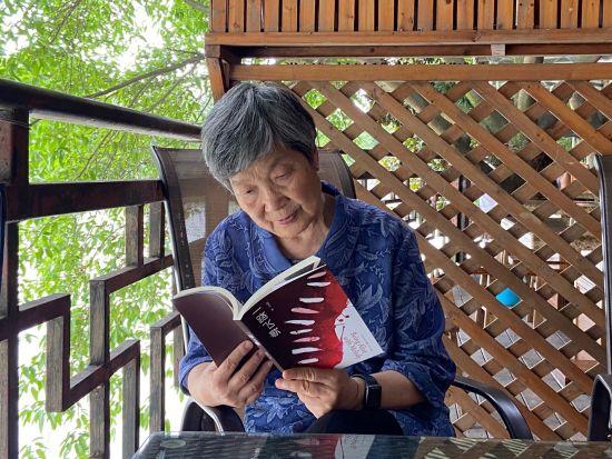 《【恒耀平台佣金】82岁业余草根作曲家感染众人成就《一路飞歌》》