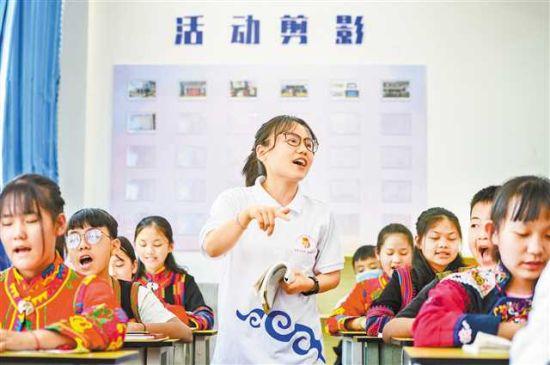 云南省绿春县一中,支教老师赵美正在带领同学们朗读课文(摄于5月8日)。