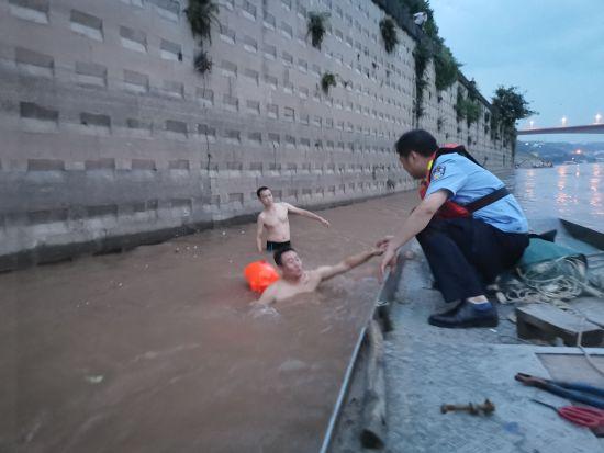 《【恒耀平台主管】警民联手急流中救起受困群众》