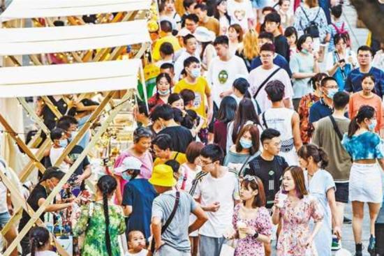八月一日傍晚,渝中区国泰广场,市民、游客正在夜市里购物、游玩。记者 龙帆 实习生 孙泊远 摄