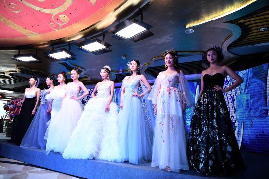 图为参赛选手与历届获奖者共同演绎了一场主题时尚秀。陈超 摄