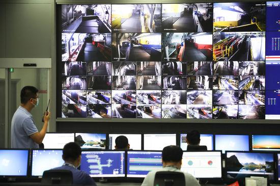 图为机场工作人员通过智能化调控系统,保障乘客行李准确快速达到。通讯员 莫晓健 摄
