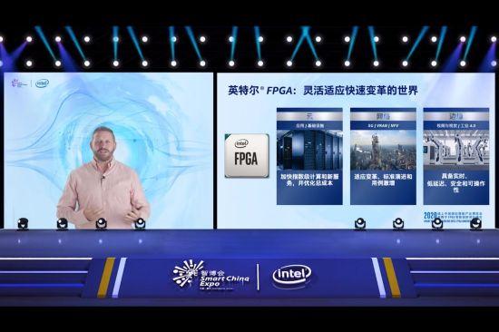 图为英特尔公司副总裁兼可编程解决方案事业部总经理David J. Moore发表演讲。英特尔供图