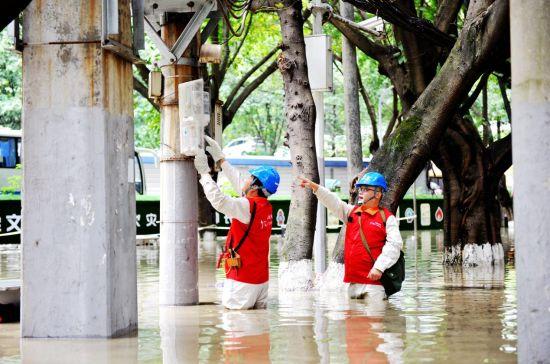国家电网红岩(市区沙坪坝)共产党员服务队在井口半山豪苑小区实施紧急停电避险。