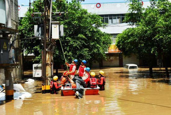 国网重庆江津区供电公司员工对变压器进行临时停电避险。