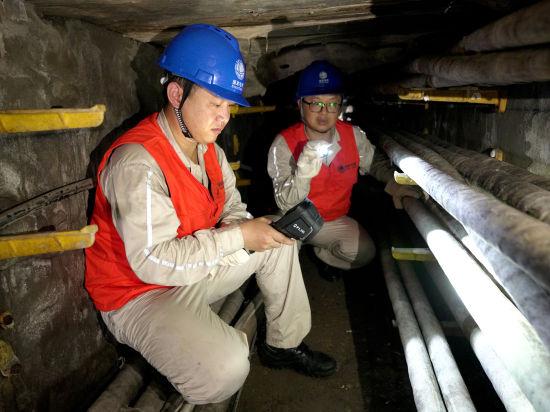 国网重庆涪陵电力公司运检党员服务队检查巡视35千伏南西线地下电缆通道,保证高温大负荷条件下安全运行。