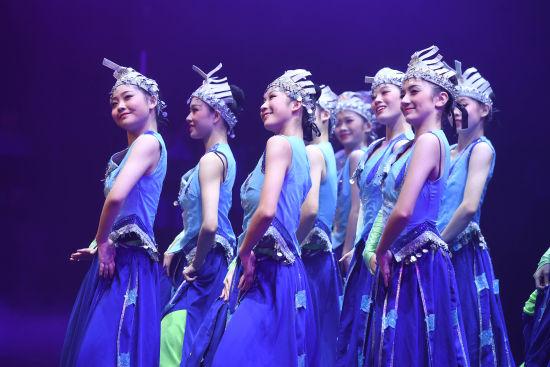图为重庆文化艺术职业学院学生成立仪式现场进行文艺汇演。陈超 摄