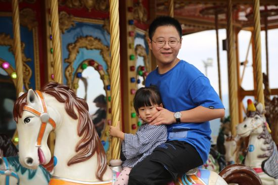 图为游客乘坐旋转木马。通讯员 杨孝永 摄
