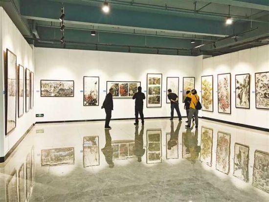 博象美术馆内,市民正在观展。见习记者 何春阳 摄\视觉重庆