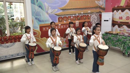图为社区青少年带来非洲鼓表演。肖江川 摄