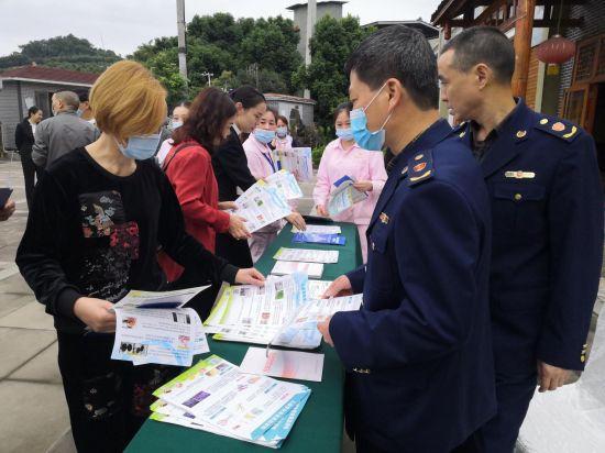 图为重庆市沙坪坝区市场监督管理局进餐饮单位宣传垃圾分类。
