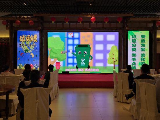 图为重庆市沙坪坝区市场监督管理局进餐饮单位宣传垃圾分类。李娅 摄