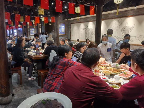 图为中秋国庆假期期间,游客凌晨品尝麻辣火锅。周师兄火锅供图