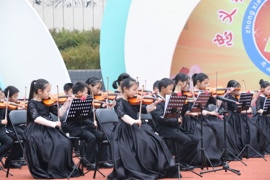 """图为忠县汝溪小学""""七色花""""弦乐团演奏现场。杨浩 摄"""