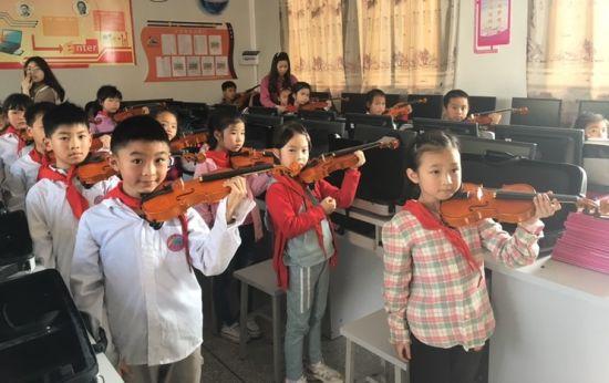 图为学生夹琴练习。杨浩 摄