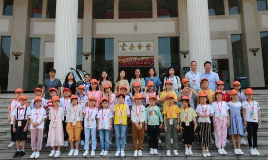 图为忠县汝溪小学学生赴云南演出。杨浩 摄