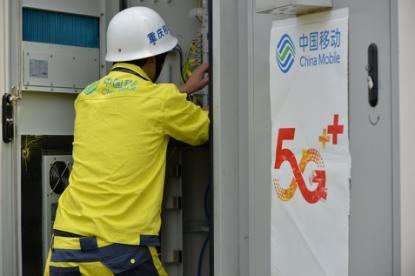 图为中国移动重庆公司网络建设人员在重庆市万州区甘宁镇做设备入网检测。中国移动重庆公司