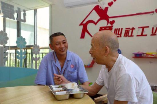 养老院的社工正在为老人服务。重庆市民政局供图
