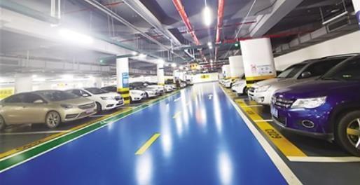 江北国际机场T3航站楼停车场,停放的多数车辆是传统燃油汽车,也有少部分新能源汽车。