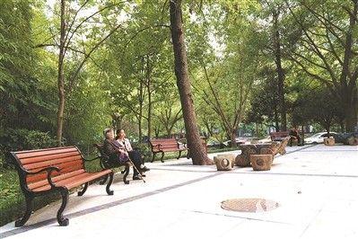 市民在公园休憩。(记者 王淼 摄)