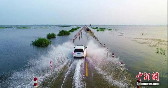 """夏季丰水期""""水上公路""""吸引不少游客前来体验。 鲍赣生 摄"""