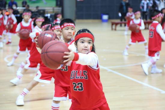 图为北碚区中小学生篮球比赛现场。向霞蔚 摄